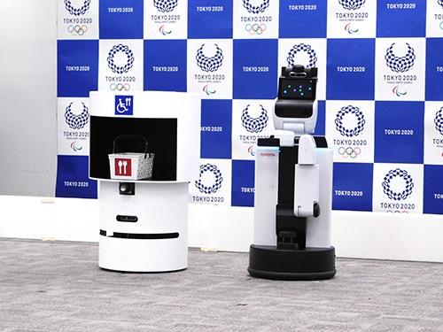 会話機能を備えるトヨタ自動車の生活支援ロボット「HSR」(右)と、飲み物などを運搬する「DSR」(左)