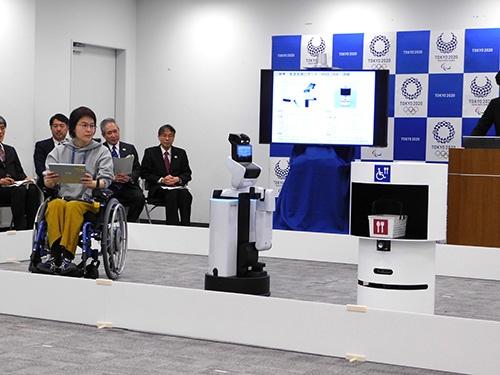 タブレットで注文した商品をロボットが観覧席まで運んでくれる