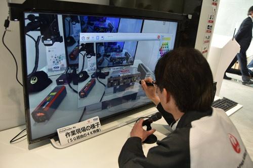 高解像度の映像に映った機器に印を付け、整備士に次の作業を指示する熟練技術者役のJAL社員