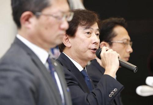 創業者の関与を示唆する第三者委員会の中間報告を受け、会見するレオパレス21の蘆田茂執行役員(中央)ら。違法性の認識については否定した。(写真:共同通信)