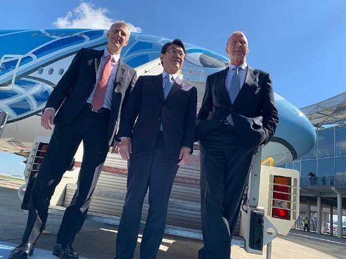 3月20日の納入式に顔をそろえた欧州エアバスのトム・エンダースCEO(写真右)、ANAホールディングスの片野坂真哉社長(中央)、英ロールスロイスのクリス・チョラートン民間航空部門プレジデント(左)。片野坂社長がヘリコプターの運航から始まった全日本空輸の歴史を紹介すると、エンダースCEOはかつて自らがヘリコプターのパイロットだったことを話していた