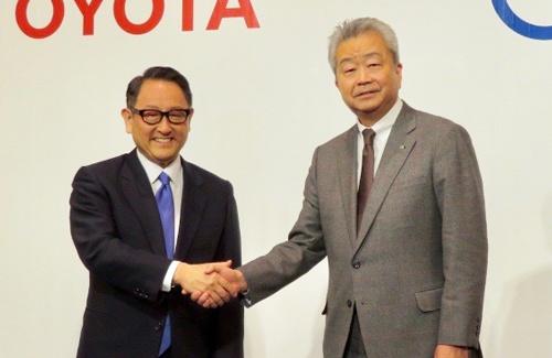 資本・業務提携を発表したトヨタ自動車の豊田章男社長(左)とNTTの沢田純社長