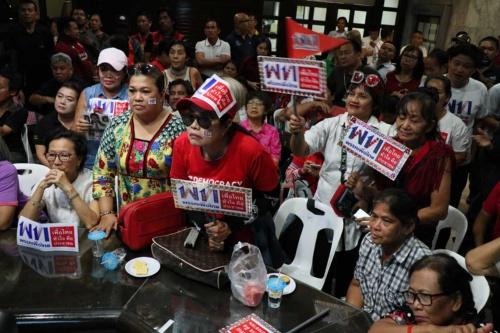 タクシン元首相派のタイ貢献党の事務所で結果を見守る支持者