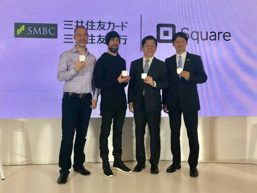 記者会見を開いたスクエアのジャック・ドーシーCEO(左から2人目)と、三井住友カードの大西幸彦社長(同3人目)=3月26日、東京都港区