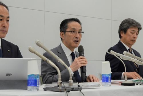 2020年3月期決算の下方修正を発表する丸紅の柿木真澄社長(中央)
