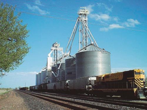 米国の穀物集荷ターミナル。丸紅の米国穀物事業は、価格の低迷により苦戦していた