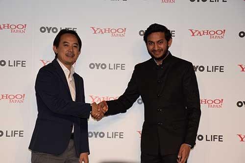 ヤフーの川邊健太郎社長(左)とインドOYOのリテシュ・アガルワルCEO
