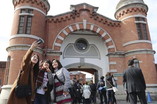 旧奈良監獄の表門。施設は高級ホテルに生まれ変わる(写真:共同通信)