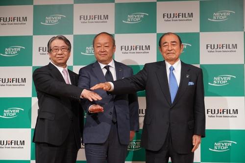 富士フイルムHDは古森会長・CEO(右)が退任し、助野健児社長・CEO(左)が会長、後藤禎一取締役(中央)が社長・CEOに就く人事を発表した