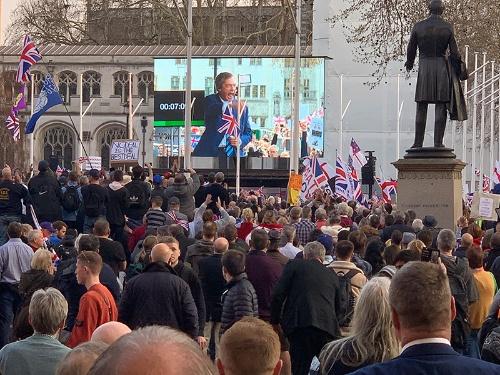 3月29日に英議会周辺で開催されたEU離脱派の集会。英独立党のナイジェル・ファラージ元党首が現れると、参加者のボルテージはあがった