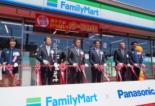 テープカットに臨むファミリーマートの澤田貴司社長(左から3人目)とパナソニックの樋口泰行専務(左から4人目)