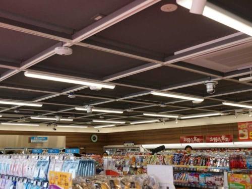 店舗の天井に80個ほどのセンサーやカメラを設置した