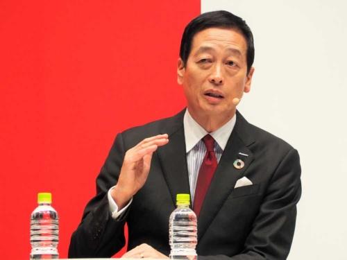 新しい研究所について説明する資生堂の魚谷雅彦社長