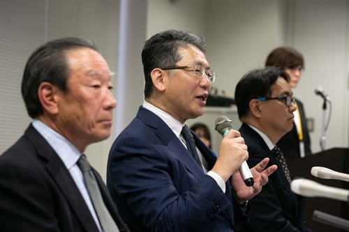 元INAX社長の川本氏(左)らと会見した瀬戸氏(左から2人目)