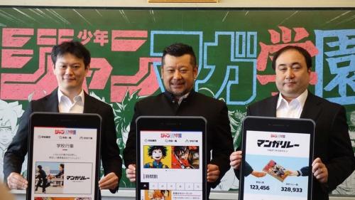 4月8日の記者発表会には週刊少年ジャンプの中野博之編集長(左)、週刊少年マガジンの栗田宏俊編集長(右)に加え、お笑い芸人のケンドーコバヤシ氏(中央)も出席した。