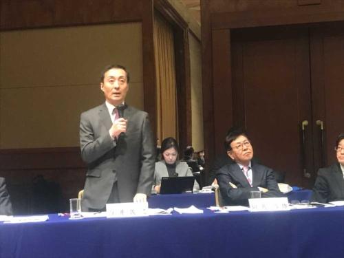 決算発表するニトリHDの白井俊之社長(左)と似鳥昭雄会長
