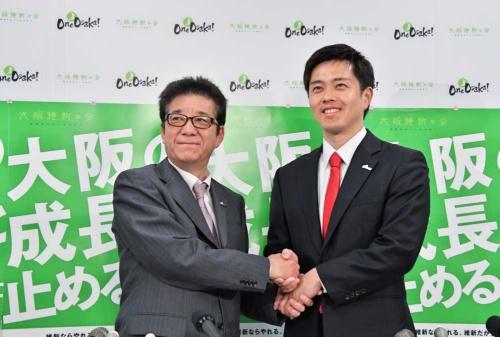 大阪市長選で当選した松井一郎氏(左)と大阪府知事選で当選した吉村洋文氏(右)(写真:アフロ)