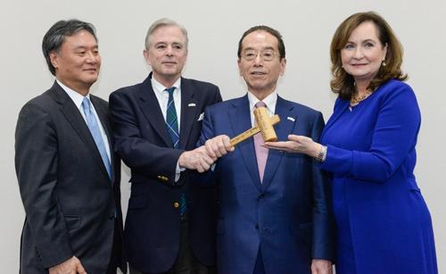 株主提案した勝呂文康氏(左から1人目)、和田勇氏(同3人目)ら(写真:東洋経済/アフロ)