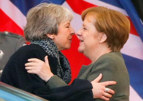 10日のEU緊急首脳会議の前日に、メイ英首相はメルケル独首相と会談。メルケル首相は長期の離脱延期を推した(写真:ロイター/アフロ)