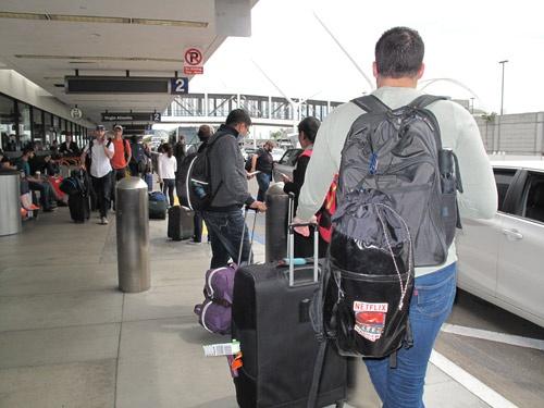 ロサンゼルスの空港でウーバーなど配車サービスのクルマを待つ人たち(4月11日に撮影)