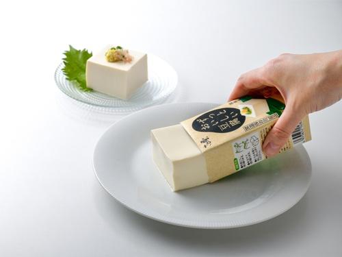 国産大豆と水、にがりだけで仕上げた「ずっとおいしい豆腐」。常温で120日間保存できるのが特徴で、全国の食品スーパーなどで販売が決まった