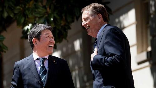 第1回の貿易協議に臨む茂木敏充経済財政・再生相(左)とライトハイザー米通商代表部(USTR)代表(写真:AFP/アフロ)