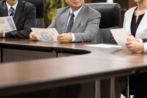 企業統治指針が社外取締役の人数の基準を示したことで人材不足が懸念されている(写真:PIXTA)
