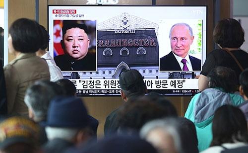 金正恩委員長はついにプーチン大統領と会わざるを得ない状況に至ったようだ(写真:AP/アフロ)