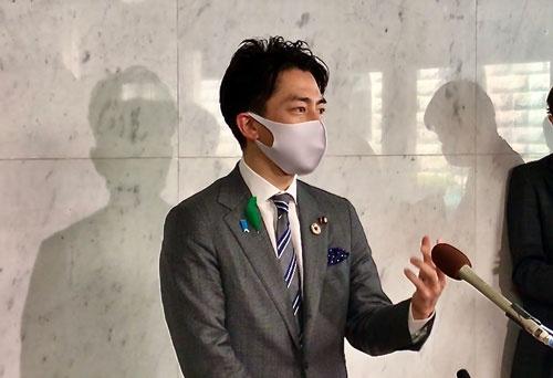 22日夜、温暖化ガスの削減目標について説明する小泉進次郎環境相