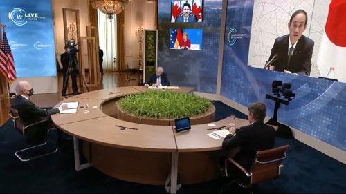 気候変動に関するオンライン首脳会合で、画面(右)に映る菅首相。左端はバイデン米大統領(写真:共同通信)