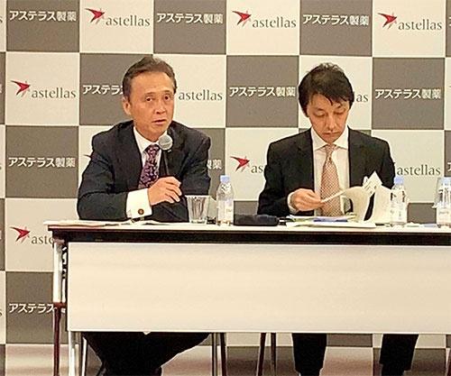 好調な業績を発表したアステラス製薬の安川社長(左)