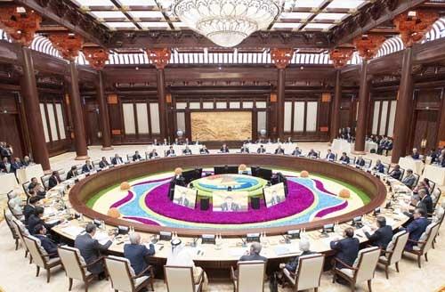 27日、北京で開かれた「一帯一路」の国際協力フォーラムで会議に臨む各国首脳(写真:ユニフォトプレス)