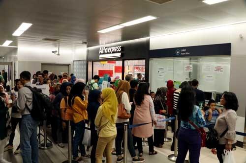 混雑する切符売り場。発券機が故障していたため窓口に乗客が殺到した