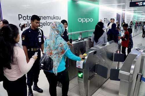 改札では乗客がスムーズに改札を通り抜けられるよう、警察官が丁寧に案内をしていた