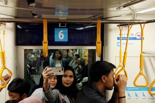 車内で自撮りするインドネシアの女性。観光客らしきインドネシア人が多かったが、一方で乗り慣れた雰囲気を出している乗客も多く、既にジャカルタ市民の間では日常の交通機関として定着しつつあると感じた