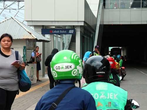 駅を得た乗客はゴジェックやグラブを使って目的地に向かう。