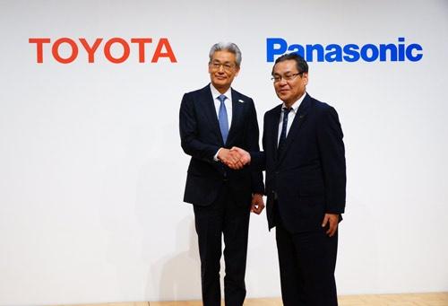 新会社の社長に就くパナソニックの北野亮専務執行役員(右)とトヨタ自動車の白柳正義執行役員