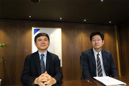 LIXILグループの潮田洋一郎会長兼CEOらの解任を議案とする臨時株主総会の招集請求をしたが、取り下げる結果に。写真は英マラソン・アセット・マネジメントの高野雅永氏(左)と英ポーラー・キャピタルの小松雅彦氏(右)