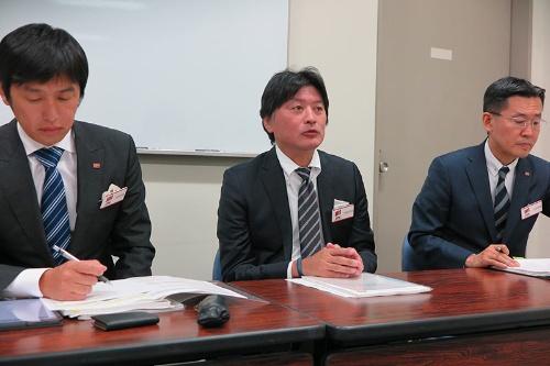 2019年3月期決算を発表するマツモトキヨシHDの松本清雄社長(中央)