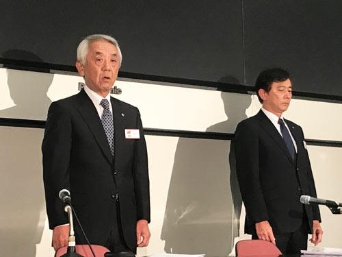 退任の理由を説明し、株主やオーナー、入居者らに謝罪する深山英世社長(左)
