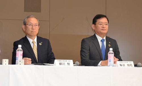 車谷会長とともに綱川智社長兼COO(左)が取締役として留任予定