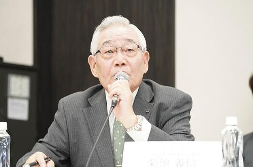 取締役候補者を発表するLIXILグループの指名委員会のメンバーである菊地義信取締役(写真:稲垣純也)