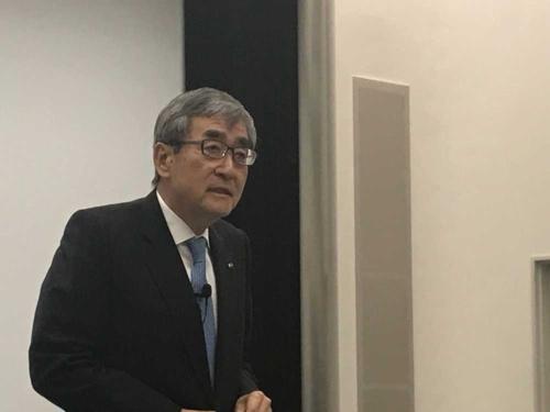 5月13日、決算説明会でプレゼンするエーザイの内藤晴夫CEO