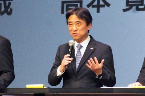 今夏商戦向けの新商品ラインアップを発表するNTTドコモの吉澤和弘社長