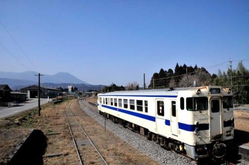 JR九州が運行するローカル線の沿線自治体では路線縮小への危機感が広がる。写真は鹿児島県と宮崎県を結ぶ吉都線(写真:アフロ)