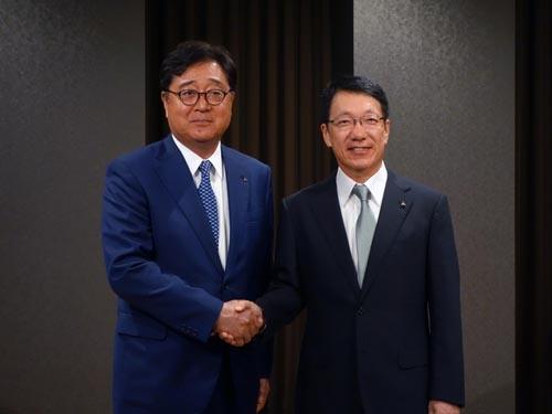 CEOを退任する益子修氏(左)と新たにCEOに就任する加藤隆雄氏
