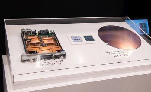 開発元の富士通が先に公開していた半導体と計算ユニット(写真:富士通提供)