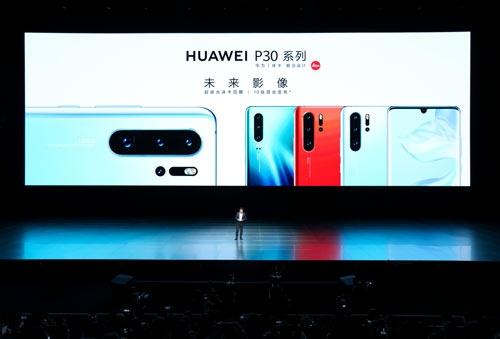 ファーウェイが4月に上海で発表した新型スマホ「HUAWEI P30」シリーズ(写真:Imaginechina/アフロ)