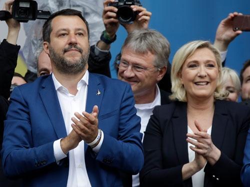 18日、同盟のサルビーニ党首が呼びかけ、イタリア・ミラノに欧州各国の極右政党やEU懐疑派が集まった(写真:AP/アフロ)