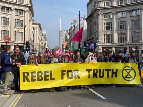 英国ロンドンでは、環境問題を訴えるデモが道路を占拠した